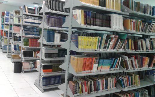 Biblioteca mostrando diversas estantes de livros