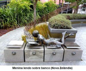 Menina lendo sobre banco, Nova Zelândia