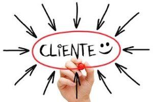 Ilustração elíptica em alusão aos clientes, contendo o nome cliente no centro com imagem sorrindo e setas em direção